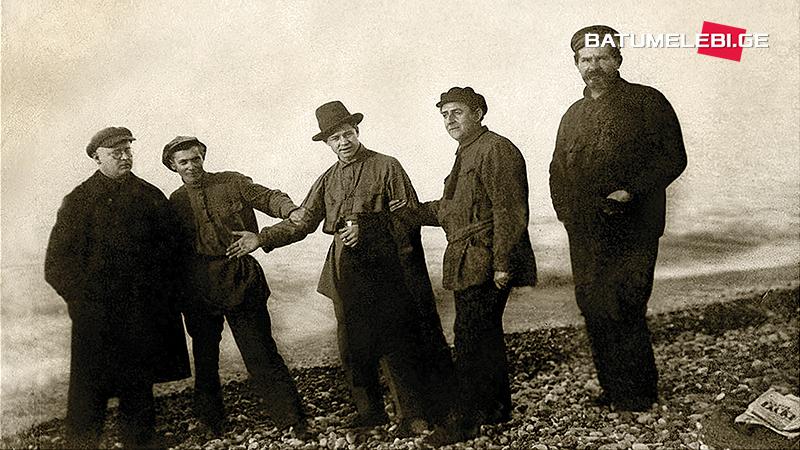 Сергей Есенин и Шаганэ на батумском бульваре